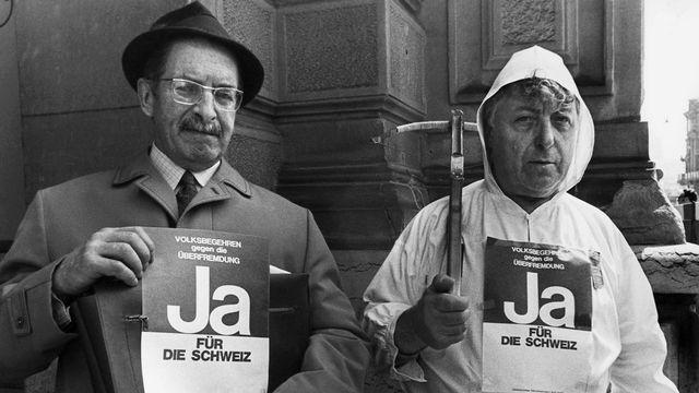 "Deux militants de l'initiative ""Schwarzenbach"". [Keystone]"