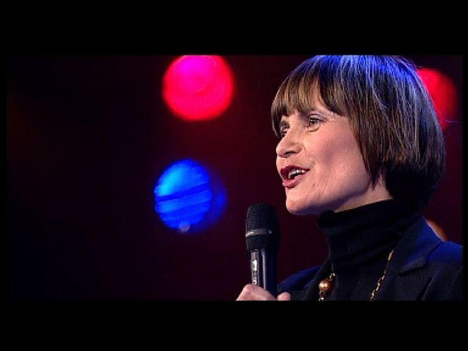 Micheline Calmy-Rey chantant Les trois cloches en 2007. [RTS]