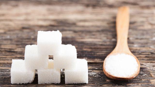 LʹOrganisation mondiale de la santé recommande dʹen réduire la consommation pour lutter contre le  surpoids. [Elena Milevska - Fotolia]
