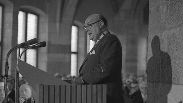 Paul-Henri Spaak recevant le prix de la ville allemande d'Aachen en 1957. [Bundesarchiv, B 145 Bild-F004455-0005 / Unterberg, Rolf - CC-BY-SA 3.0]