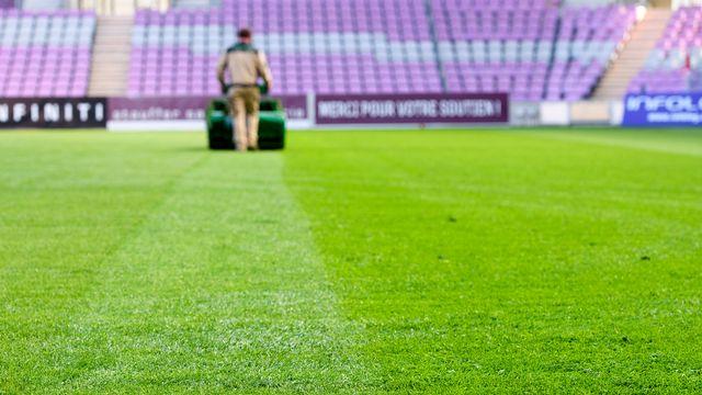 La pelouse du stade de Genève a souffert du manque d'ensoleillement. [Martial Trezzini - Keystone]