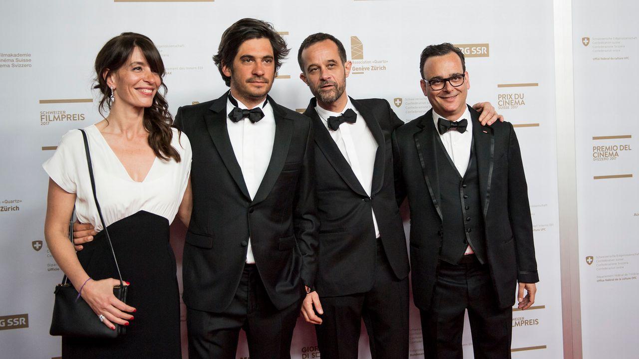 """Le réalisateur de """"Ma vie de Courgette"""", Claude Barras, entouré des producteurs, lors de la remise du Prix du meilleur film de fiction à la Nuit du cinéma suisse. [Martial Trezzini - Keystone]"""
