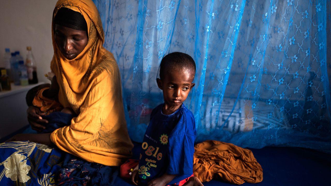Une mère et ses deux filles photographiées dans un hôpital de Garowe, dans le nord-est de la Somalie, le 23 février 2017. [Anna Mayumi Kerber/dpa - AFP]