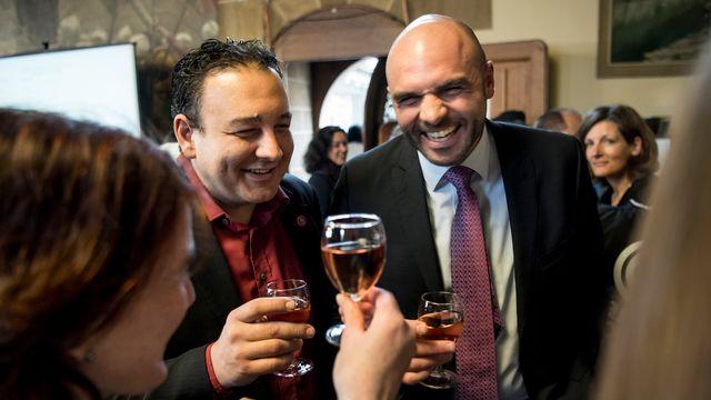 Le socialiste Jean-Nathanaël Karakash (à gauche) et le libéral-radical Laurent Favre, arrivés aux deux premières places du scrutin de dimanche, célèbrent leurs bons résultats. [Jean-Christophe Bott - Jean-Christophe Bott]