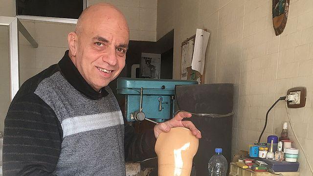 Orthopédiste syrien, Naïm Marashli, fabrique des prothèses pour des civils amputés. [Alexandre Habay - RTS]