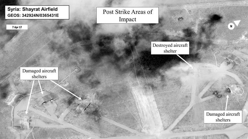 Cette image transmis par le département américain de la défense montre le résultat des frappes aériennes sur la base militaire syrienne.
