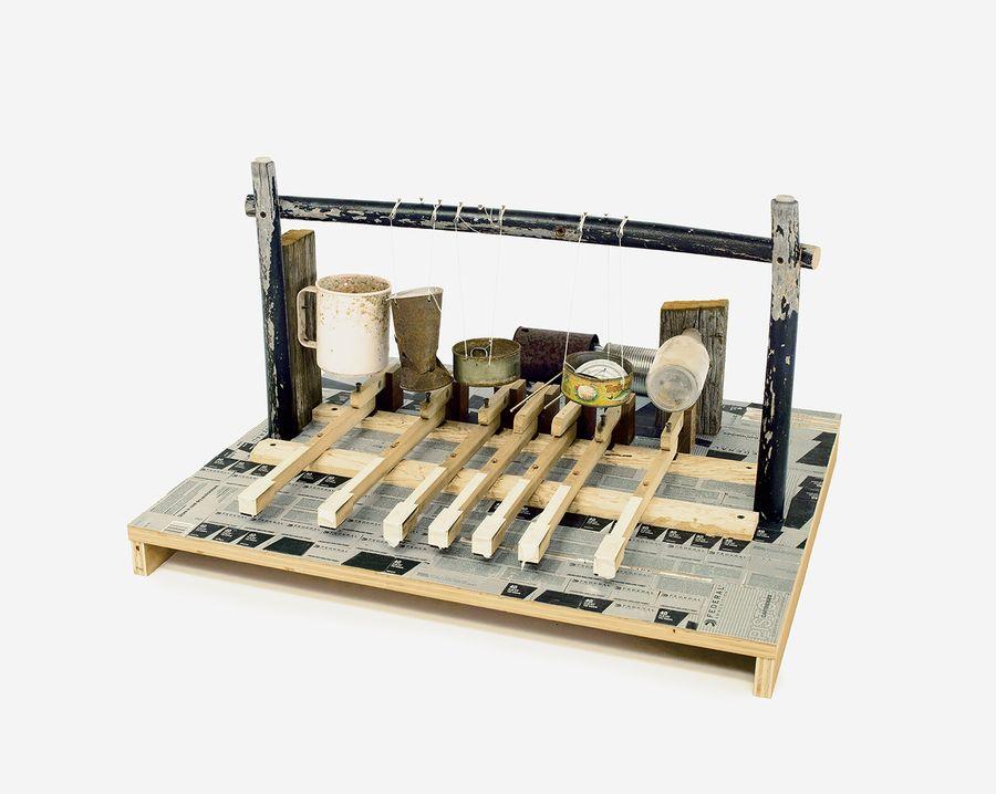 """Guillermo Galindo, """"Teclata"""" (2015), un instrument musical réalisé avec de conserves vides et des bouteilles en plastique. [Richard Misrach - Documenta 14]"""