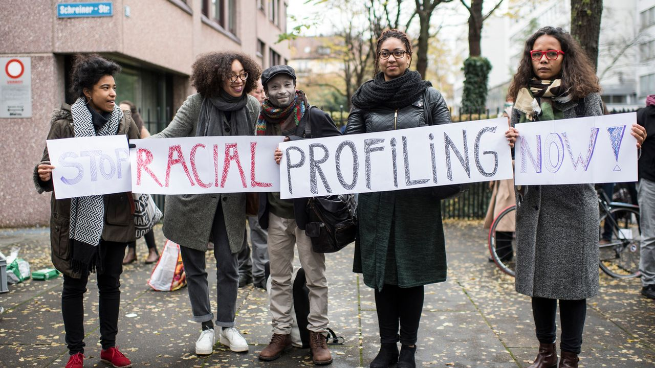 Le rapport recense aussi les cas de profilages ethniques menés par les autorités. [Keystone]