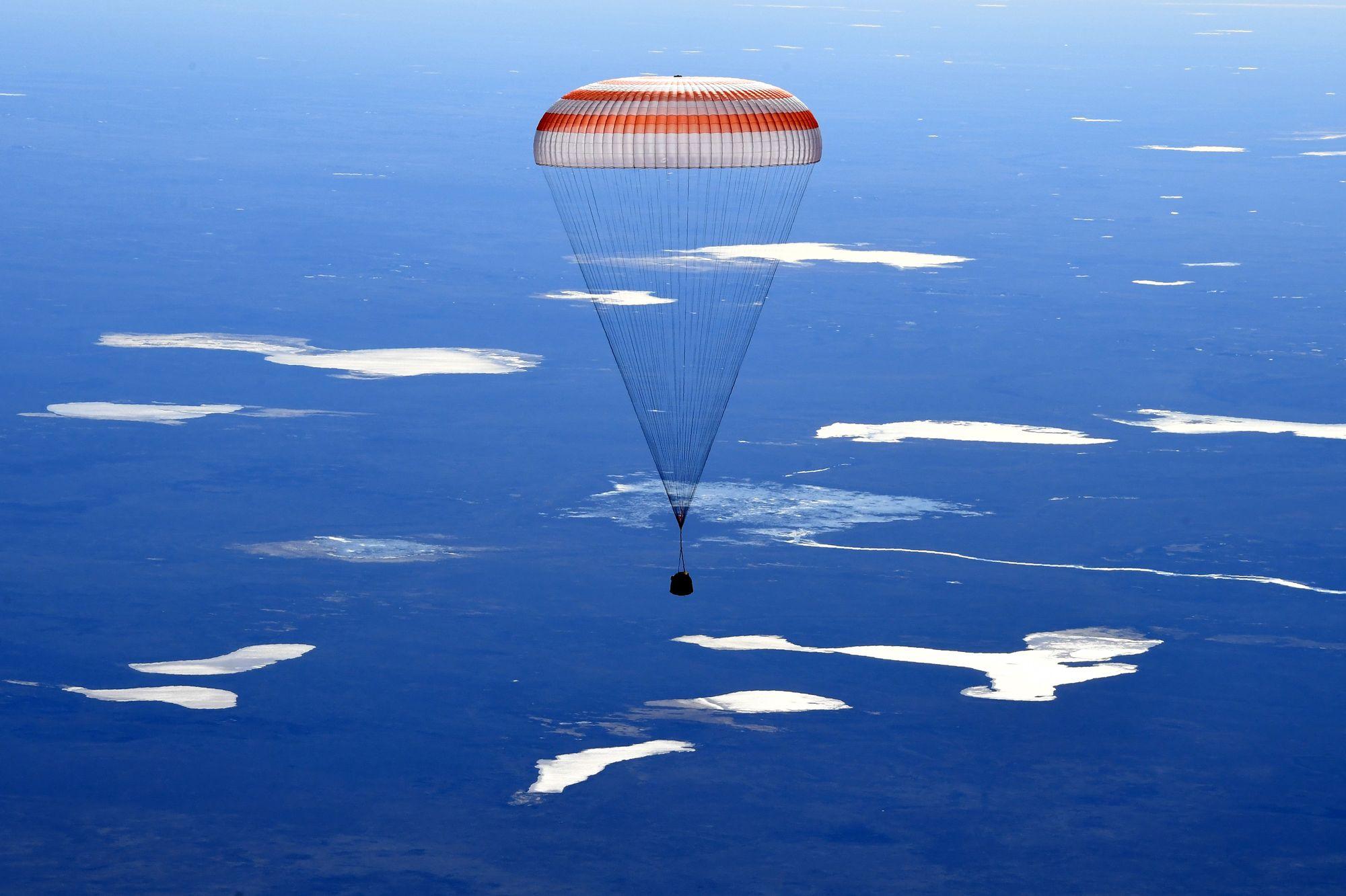 La capsule Soyouz et trois astronautes de l'ISS de retour sur Terre