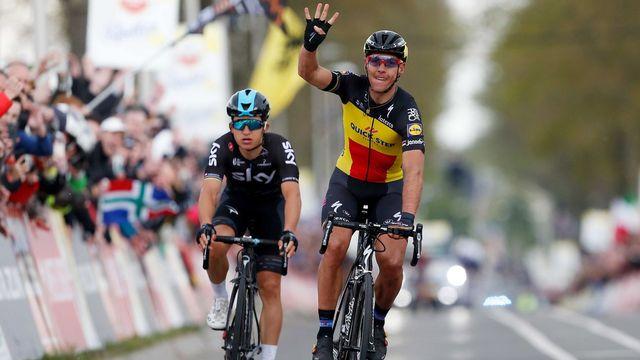 Philippe Gilbert, à peine la ligne d'arrivée franchie, signale qu'il vient de remporter l'Amstel Gold Race pour la quatrième fois. [Bas Czerwinski - Keystone]