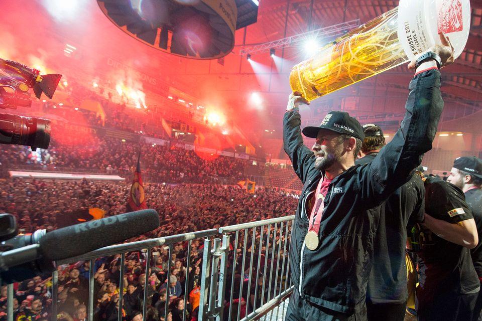 La fête a duré toute la nuit pour le CP Berne et son capitaine Martin Plüss. [Lukas Lehmann - Keystone]