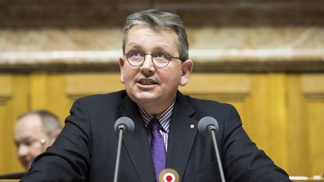 Le conseiller national Raymond Clottu (UDC/NE) lors d'une intervention devant ses pairs à Berne en mars 2017. [Anthony Anex - Keystone]