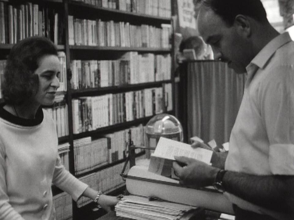 Thérèse Rovelli, alias Cyrille, dans sa librairie en 1968. [RTS]