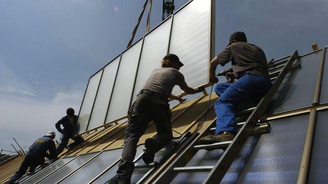 Le texte interdit aux patrons d'engager de la main d'œuvre étrangère si le taux de chômage est supérieur à 3,5%. [Lukas Lehmann - Keystone]