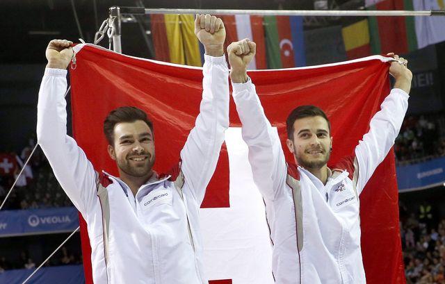 Pablo Brägger (or), à droite, et Oliver Hegi (argent), à gauche, jubilent après le doublé Suisse. [Robert Ghement - Keystone]