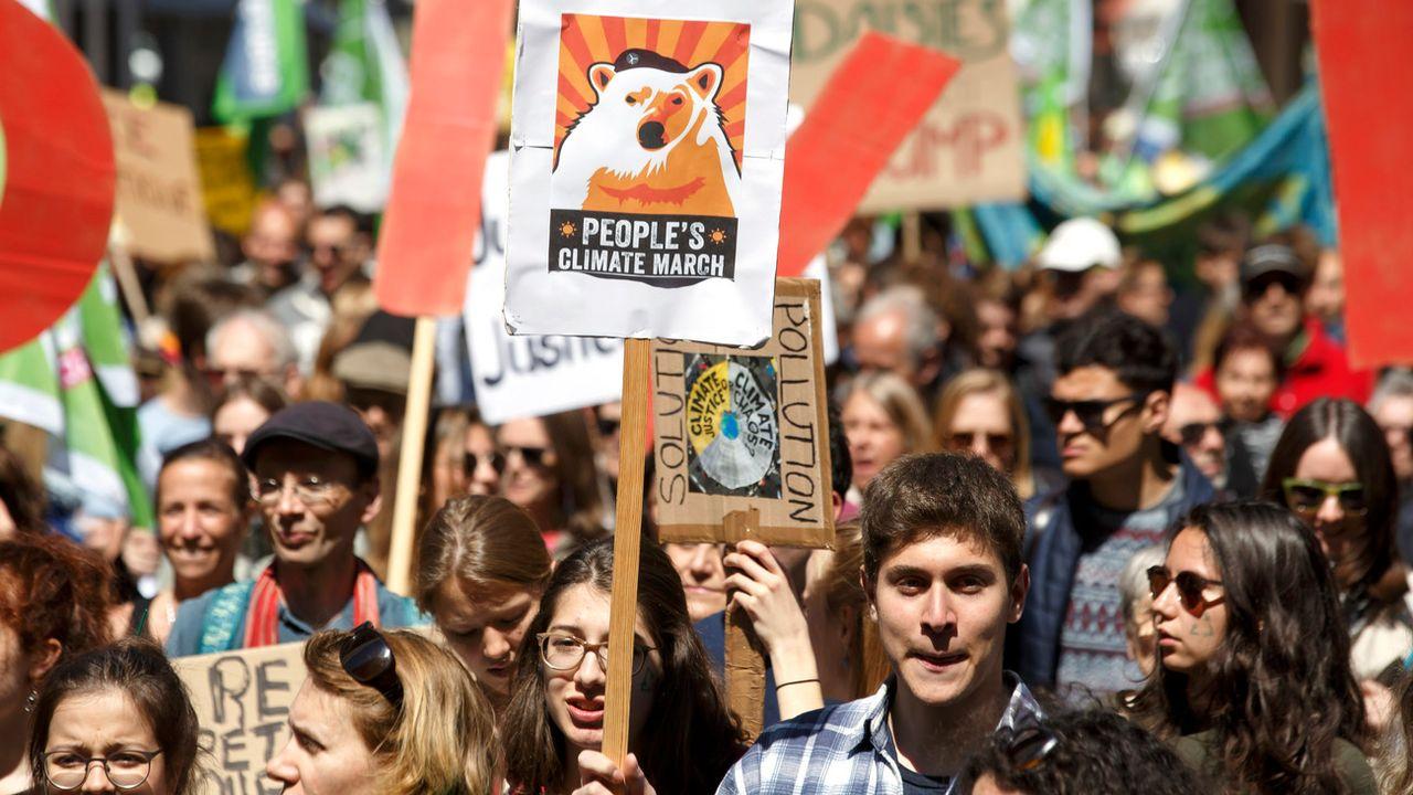 Environ 500 personnes ont défilé pour le climat samedi à Genève. [Salvatore Di Nolfi - Keystone]