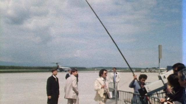 Journalistes sur le tarmac de l'aéroport de Genève en 1977. [RTS]