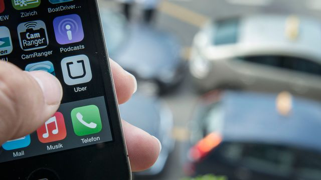 L'application Uber installée sur un smartphone. [Christian Beutler - Keystone]