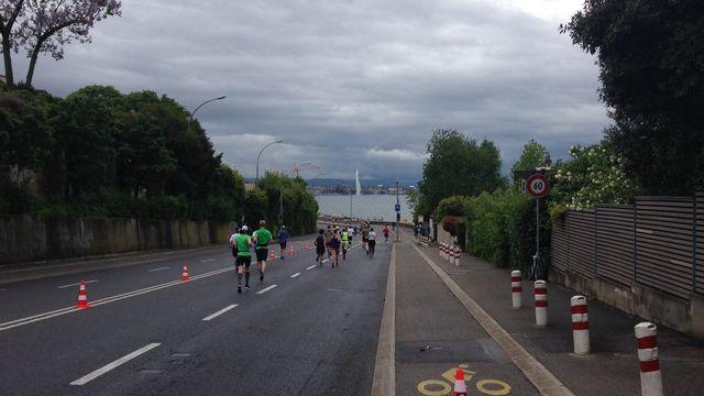 L'édition 2017 du marathon de Genève a attiré plus de 17'000 coureurs. [Photos twitter Marathon Genève - RTS]