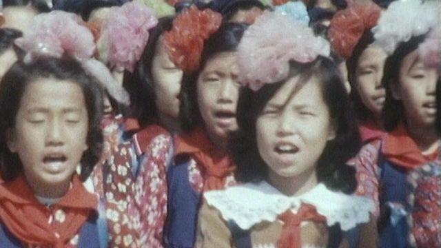 Des fillettes défilent en Corée du Nord en 1986. [RTS]