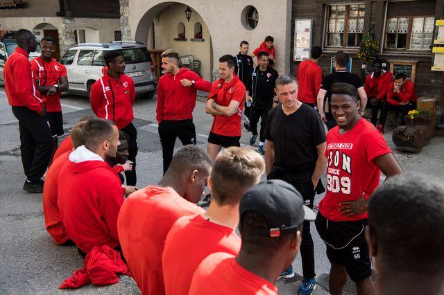 L'entraineur du FC Sion Sebastien Fournier, discute avec ses joueurs a l'arrivee d'une marche speciale en direction du village d'Iserables. Jean-Christophe Bott Keystone [Jean-Christophe Bott - Keystone]