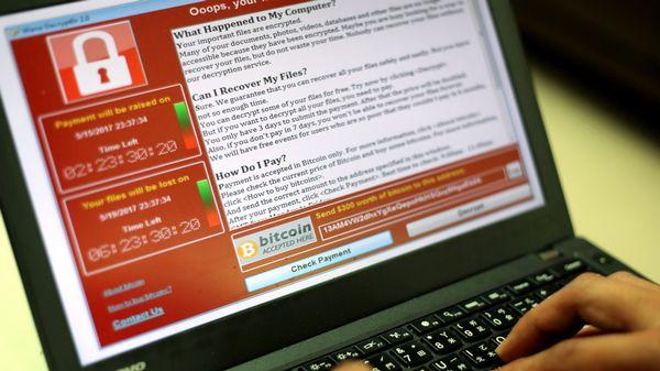 Un message de demande de rançon par bitcoin est apparu sur les écrans d'ordinateurs piratés.
