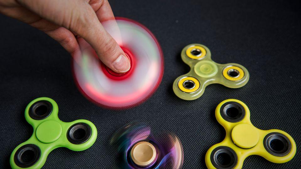Les Hand spinners sont la nouvelle mode dans les cours de récréation. [Philippe Lopez - afp]