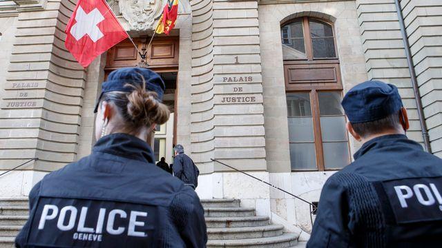 Des gendarmes de la police genevoise sont devant le palais de justice pour l'ouverture du nouveau procès de Fabrice A., meurtrier présumé d'Adeline devant le Tribunal criminel, ce lundi 15 mai 2017 à Genève. [Keystone]