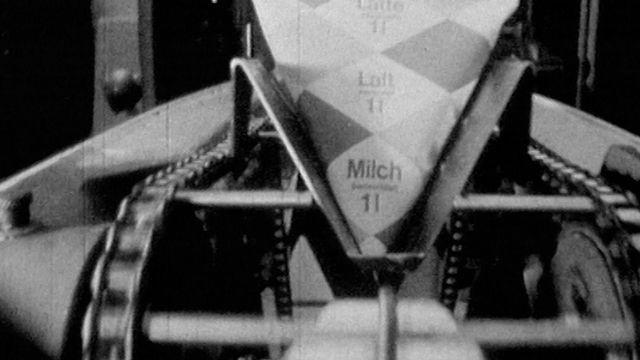 Production de lait pasteurisé en 1965. [RTS]