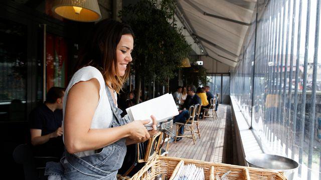 Une serveuse dans un restaurant parisien. [Patrice Hauser / Hemis - afp]