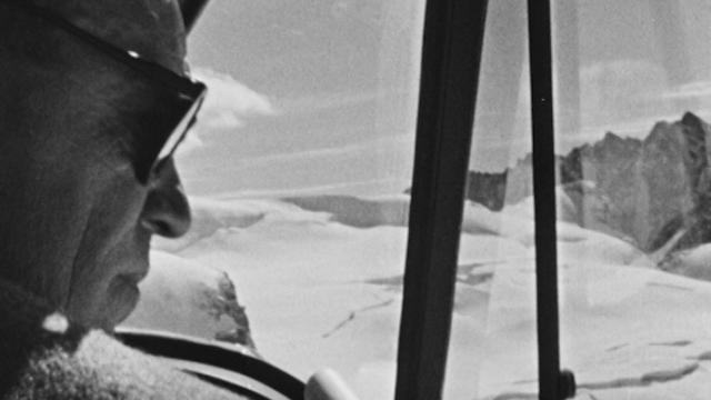 Le pilote des glaciers Hermann Geiger en 1958. [RTS]