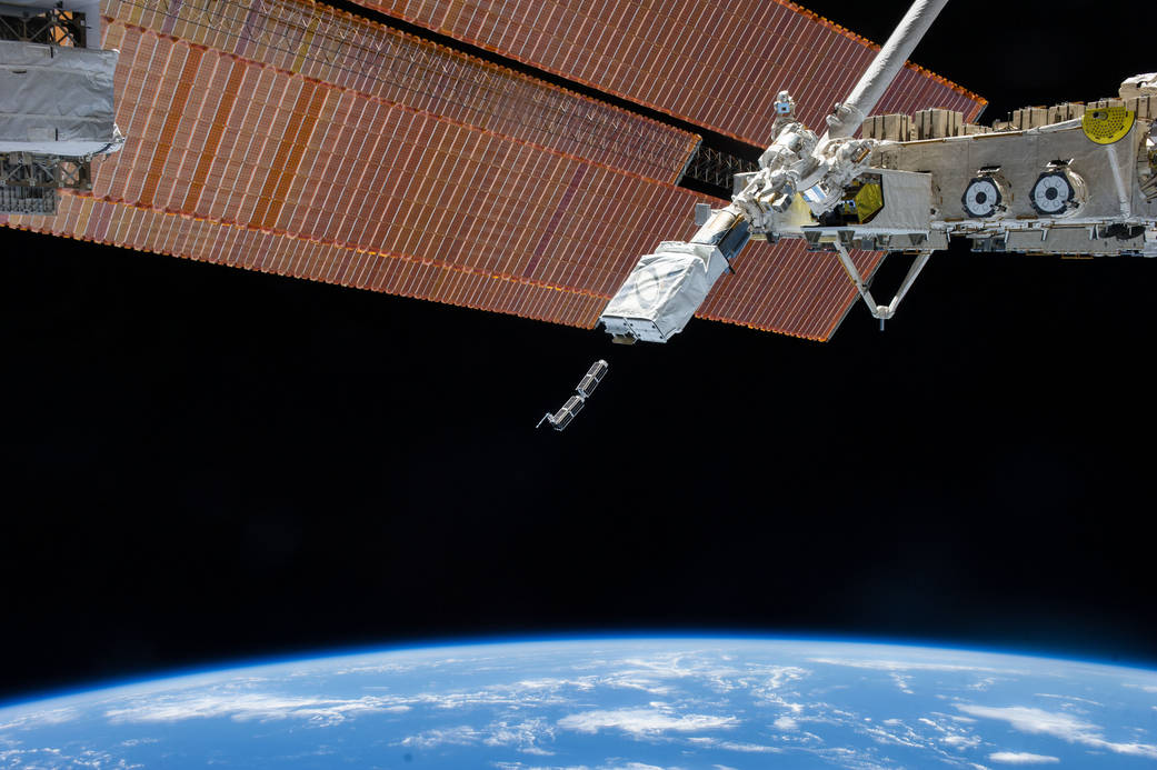 Une image de la NASA montrant le larguage d'un CubeSats par la Station spatiale internationale (ISS).