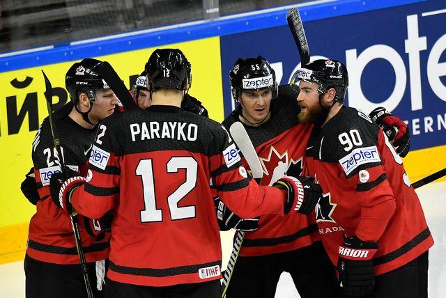 Les Canadiens se congratulent après leur premier but de la partie. [Martin Meissner - Keystone]