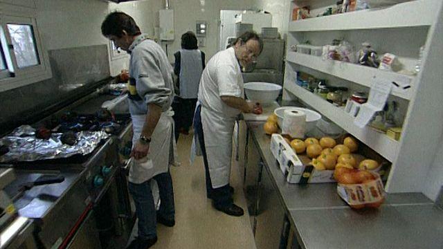 Cuisiniers au travail pour assurer la cantine des acteurs. [RTS]