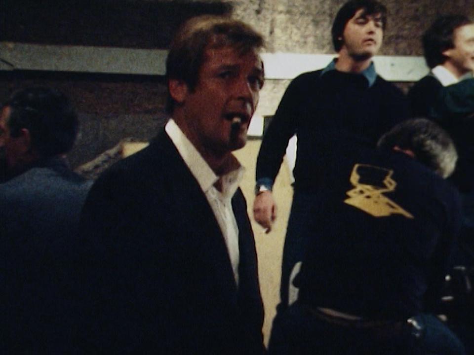 Roger Moore en 1979 sur le tournage de Moonraker. [RTS]