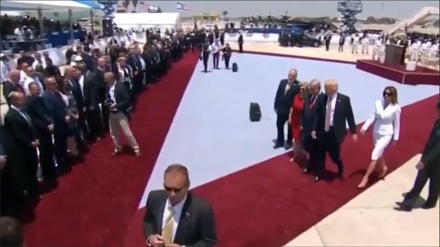 Melania Trump rembarre son époux à Tel Aviv. [RTS]