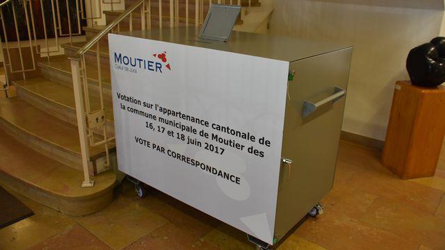 L'urne des votes par correspondance à Moutier. [Gaël Klein - RTS]