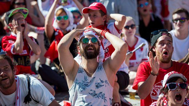 La déception des supporters du FC Sion lors de la finale de la Coupe de Suisse à Genève, jeudi 25 mai 2017. [Olivier Maire - Keystone]