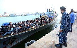Des migrants, secourus par les garde-côtes libyens, arrivent sur une base navale à Tripoli.