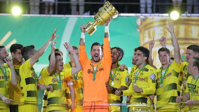Roman Bürki décroche son premier titre avec Dortmund. [Jan Woitas - Keystone]