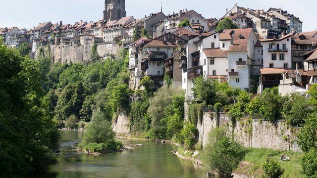 La Sarine, avec en arrière-fond la vieille-ville de Fribourg et la cathédrale Saint-Nicolas. Image d'illustration. [Thomas Delley - Keystone]