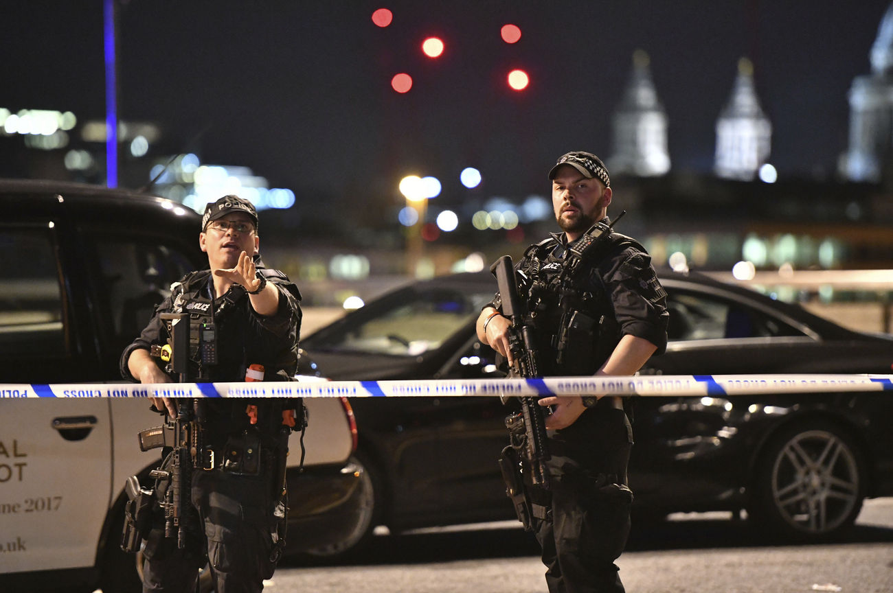 Deux policiers devant le London Bridge.