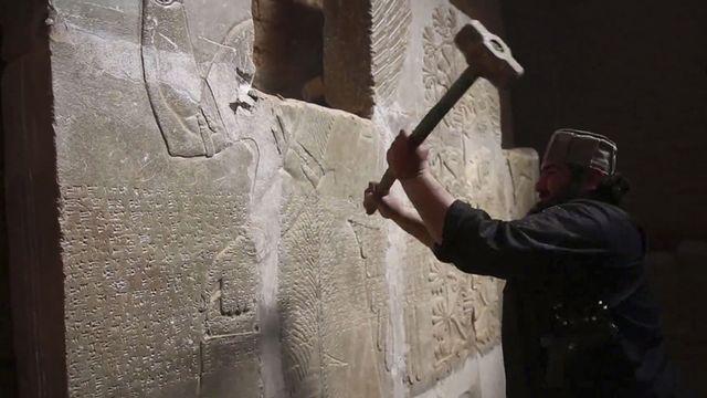 Image issue du compte d'un militant proche de Daesh montrant la destruction d'un bas-relief dans la cité de Nimroud, dans le nord de l'Irak. [Keystone]