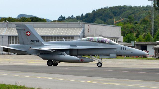 Un FA-18 sur le tarmac de Payerne. [Christian Brun - Keystone]