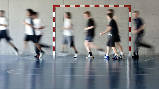 Elèves durant un cours de gym. [Martin Ruetschi - Keystone]