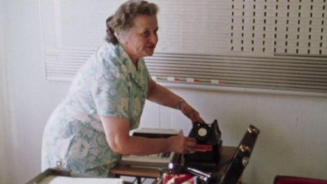 Profession nettoyeuse de téléphone en 1975. [RTS]