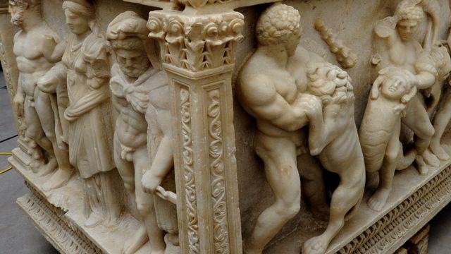 Le sarcophage romain, datant du 2e siècle, est orné de bas-reliefs représentant les douze travaux d'Hercule. [Ministère public genevois]