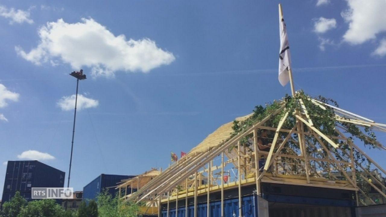 L'artiste Abraham Poincheval sur son mât au-dessus de Genève [RTS]
