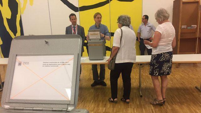 Le bureau de vote a ouvert ses portes à Moutier à 17h00 précises. [Julien Hostettler - RTS]