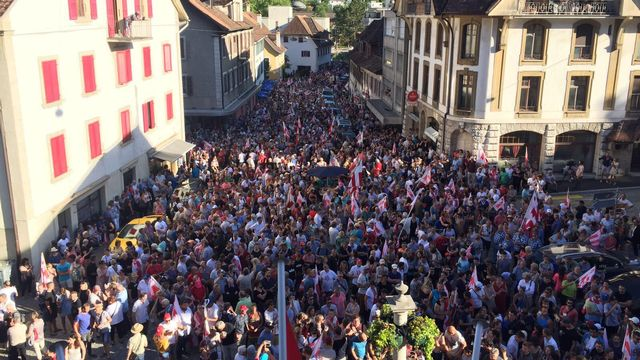 La foule des Jurassiens au centre de Moutier. [Daniel Bachmann - RTS]
